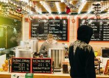 Venta de crespones tradicionales en el mercado de la Navidad en Frnace Foto de archivo