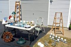 Venta de garage en calzada suburbana de la casa Fotografía de archivo