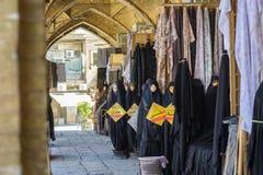 Venta de hijabs en el mercado de Irán fotografía de archivo libre de regalías