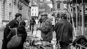 Venta de la calle en St Nicholas Market Foto de archivo libre de regalías