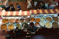 Venta de la comida en Tel Aviv Imagen de archivo libre de regalías