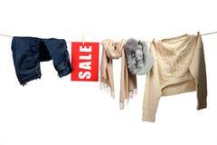 Venta de la moda de las mujeres en la cuerda para tender la ropa Imagen de archivo libre de regalías