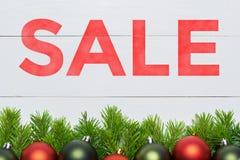 Venta de la Navidad Decoración del árbol de abeto en el tablero de madera blanco Imagen de archivo libre de regalías