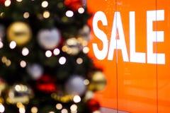 Venta de la Navidad en un centro comercial foto de archivo