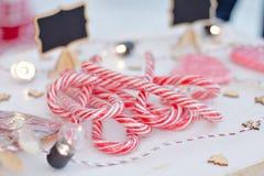 Venta de la Navidad Los niños venden los dulces del Año Nuevo Palillos lisos del caramelo dulces del eco Imagen de archivo