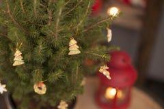 Venta de la Navidad Los niños venden los dulces del Año Nuevo Palillos lisos del caramelo dulces del eco Imágenes de archivo libres de regalías