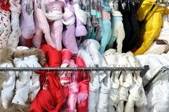 Venta de la ropa del invierno Imágenes de archivo libres de regalías