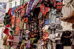 Venta de la ropa en el mercado boliviano foto de archivo
