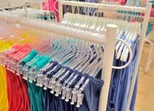 Venta de la ropa para las mujeres en la tienda Imagen de archivo libre de regalías