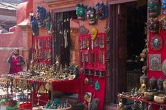 Venta de las baratijas en Katmandu foto de archivo libre de regalías