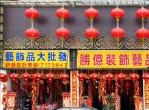 Venta de las decoraciones por el Año Nuevo chino Imagen de archivo libre de regalías