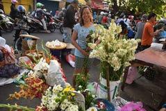 Venta de las flores en el mercado Foto de archivo