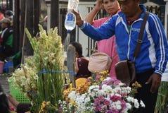 Venta de las flores en el mercado Imagen de archivo libre de regalías