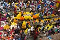 Venta de las flores en el mercado del KR en Bangalore imágenes de archivo libres de regalías