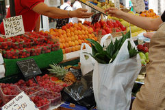 Venta de las frutas en un mercado Fotos de archivo libres de regalías