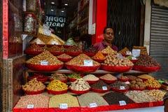 Venta de las frutas nuts y secadas en un bazar en la India Fotografía de archivo libre de regalías