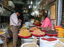 Venta de las frutas nuts y secadas en un bazar en la India Imágenes de archivo libres de regalías