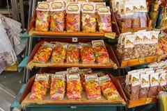 Venta de las pastas italianas nacionales en la tienda de recuerdos de la calle fotografía de archivo libre de regalías