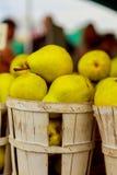 venta de las peras en cestas en el farmer& x27; mercado de s Imagenes de archivo