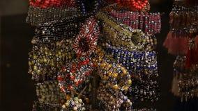 Venta de las pulseras de la joyería con el amuleto de Nazar en metrajes