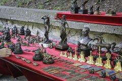 Venta de los accesorios del metal en el mercado callejero Imagen de archivo