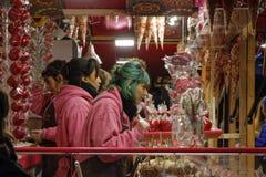 Venta de los caramelos en el mercado de la Navidad Foto de archivo