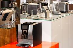 Venta de los dispositivos de cocina en la tienda foto de archivo libre de regalías