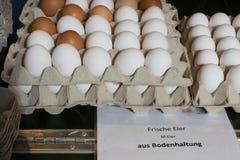 venta de los huevos en mercado callejero Imagenes de archivo