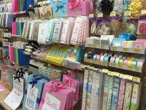 Venta de los productos del embalaje del regalo Fotografía de archivo libre de regalías