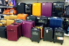 Venta de maletas en la tienda Foto de archivo