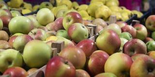 Venta de manzanas en la tienda Fotos de archivo