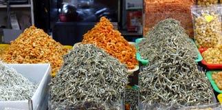 Venta de pescados y de camarones secados Fotos de archivo