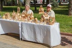 Venta de productos hechos en casa de madera en la calle de la ciudad Imagen de archivo