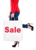 Venta de publicidad del bolso de compras de la mujer que lleva Imagen de archivo libre de regalías
