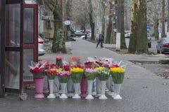 Venta de ramos en la calle en primavera temprana fotos de archivo
