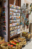 Venta de recuerdos turísticos en Besalu Foto de archivo libre de regalías
