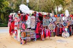 Venta de recuerdos turísticos en Sevilla Imágenes de archivo libres de regalías