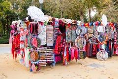 Venta de recuerdos turísticos en Sevilla Fotos de archivo libres de regalías