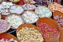 Venta de sabores secos en el mercado de Marrakesh en Marruecos imagenes de archivo