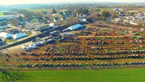 Venta del fango de Amish vista tan por el abejón en la primavera temprana, vendiendo los cochecillos, los edredones y todos los t almacen de video