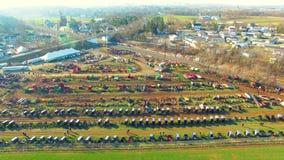 Venta del fango de Amish vista tan por el abejón en la primavera temprana, vendiendo los cochecillos, los edredones y todos los t almacen de metraje de vídeo