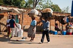 Venta del pan en el mercado africano Fotografía de archivo libre de regalías