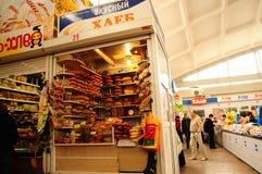 Venta del pan en el mercado de Simferopol Crimea, Ucrania imágenes de archivo libres de regalías
