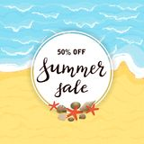Venta del verano de las letras en tarjeta redonda en la playa arenosa Imagen de archivo libre de regalías