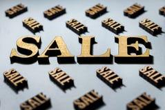 Venta, diseño para la venta, letras de madera de oro elegantes imagenes de archivo