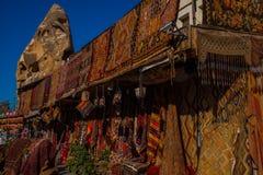 Venta en el mercado, bazar turco en la calle, vista delantera de diversas alfombras en el mercado en Cappadocia, Turquía foto de archivo libre de regalías