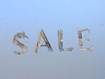 venta escrita en ventana escarchada del invierno Foto de archivo