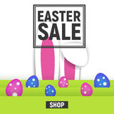 Venta feliz del marco del cuadrado del cartel de Pascua con la hierba y huevos y oídos del conejo Imágenes de archivo libres de regalías