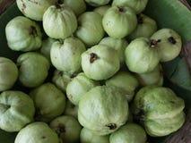 Venta fresca de la fruta de guayabas en una tienda Imagen de archivo libre de regalías