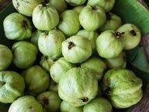 Venta fresca de la fruta de guayabas en una tienda Fotografía de archivo libre de regalías